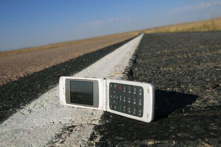 dropped: blanco veces hasta tel�fono celular se redujo en la orilla de la carretera