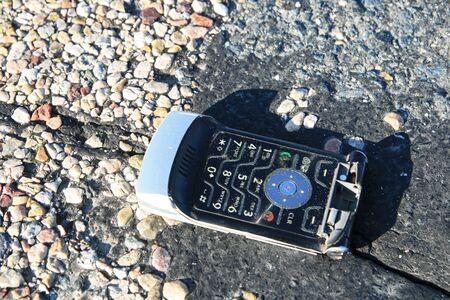 gebrochen �berfahren Handy auf der Stra�e Lizenzfreie Bilder