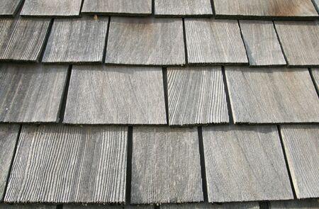 cedar shakes: viejo gris tejas de madera en un antiguo granero Foto de archivo