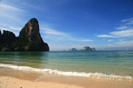 railey: Spiaggia di Railay in Krabi Tailandia con la parete Thaiwand  Archivio Fotografico