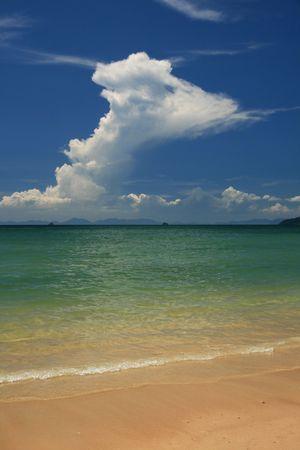 railey: spiaggia tropicale in Thailandia con torreggianti white cloud  Archivio Fotografico