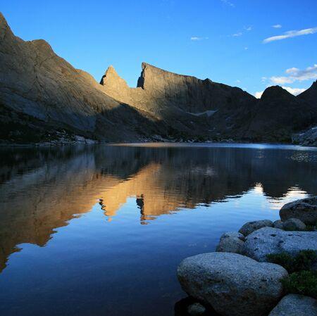Reflexion der Kirchturm Peak und Osten Tempel Peak in Deep Lake, Wind River Bergkette, Wyoming