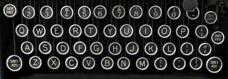 oude schrijfmachine toetsenbord met zilveren en zwarte ronde sleutels met een zwarte achtergrond Stockfoto