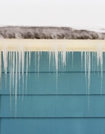 ijspegels en ijs dam op goot schade een dak
