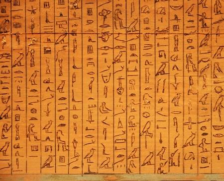 나무에 새겨진 고대 이집트 상형 문자판 스톡 콘텐츠