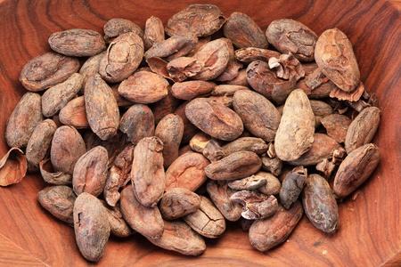 cacao of cacao bonen in een houten kom Stockfoto