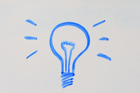 Gl�hbirne gezeichnet in blauen Marker auf eine Tafel