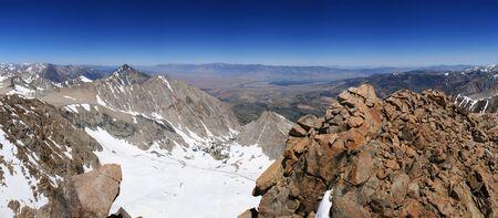john muir wilderness: ver abajo en el valle de Owens desde la cima del monte Humphreys en la Sierra Nevada de California