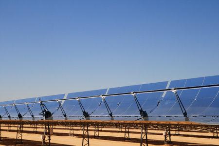 SEGS thermische zonne-energie elektriciteit plant met een parabolische spiegel zonnecollectoren concentreren het zonlicht en de blauwe hemel kopie ruimte