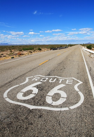 모하비 사막에서 먼 수평선을 향해 선도 경로 66 도로의 수직 이미지