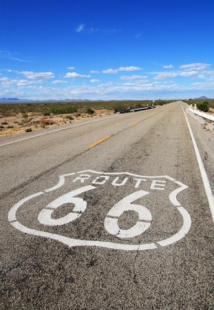 verticale afbeelding van route 66 weg die leidt naar de verre horizon in de Mojavewoestijn Stockfoto