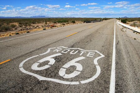 루트 66 도로 남부 캘리포니아에서 먼 수평선을 향해 리드