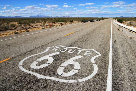 route 66 strada conduce verso l'orizzonte lontano nel sud della California