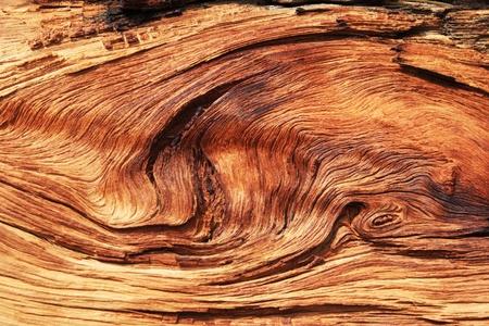 verdraaid en uitgehold houtnerf achtergrond textuur