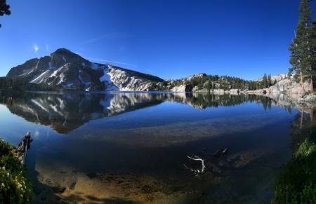 reflectie in Peeler meer in de Sierra Nevada bergen van Californië