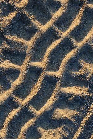 huellas de neumaticos: cerca de huellas de neum�ticos en una carretera de grava arenosa Foto de archivo