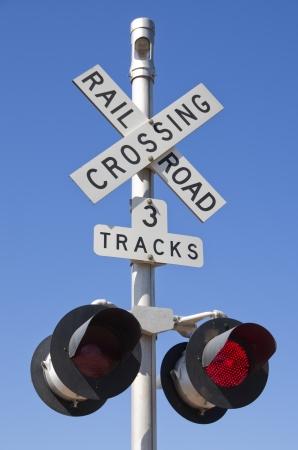 ferrocarril: 3 pistas de ferrocarril cruce de señal con luces rojas parpadeantes