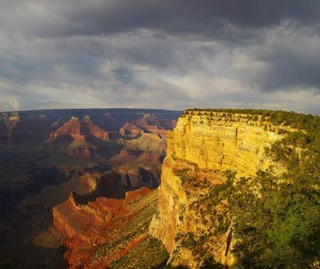 hopi: vista del Grand Canyon Hopi Point passato con la luce drammatica sera e le nuvole tempestose Archivio Fotografico