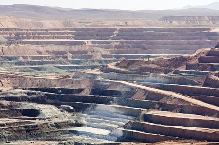 アクティブな露天掘り砂漠のストリップ鉱山は、ホウ砂の採掘