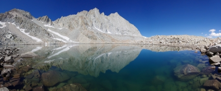 john muir wilderness: blue mountain lake in the Williamson Basin reflecting Mount Tyndall and Versteeg  Stock Photo