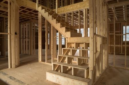 nieuwe woningbouw interieur met zichtbare framing en trappen