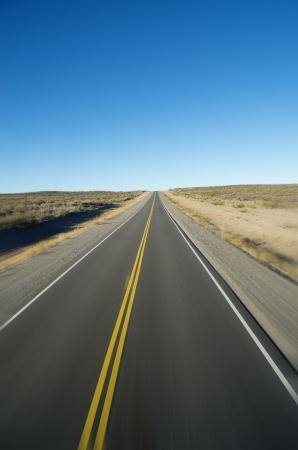 rechte open weg naar de horizon met motion blur