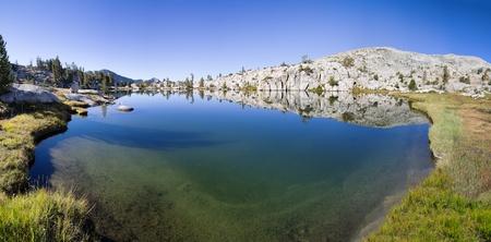 john muir wilderness: Lake Pemmican en la Sierra Nevada con el cielo azul y la reflexi�n Foto de archivo