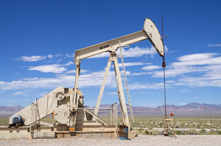 desert oil well pump jack in Nevada 版權商用圖片