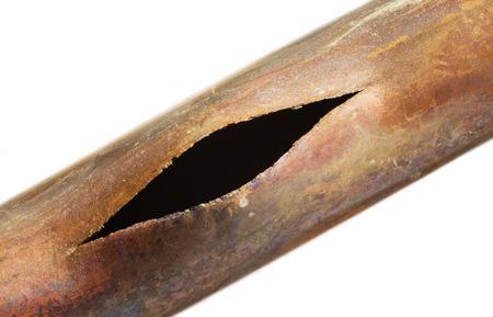 gebroken koperen pijp gesplitst door bevriezing ijs Stockfoto