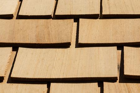 cedar shakes: nuevo techo de cedro detalle de madera de tejas en un tejado