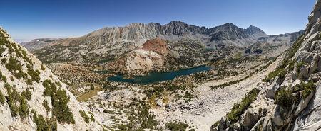 john muir wilderness: Panorama del paisaje de Bishop Pass valle con lagos y picos