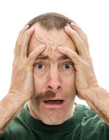 man geschokt om te zien dat hij heeft slechts de helft van zijn mustace met zijn handen op zijn hoofd en een witte achtergrond
