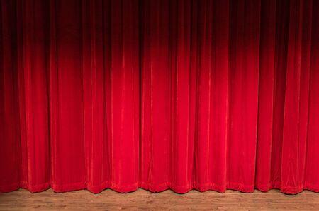 sipario chiuso: palco di legno con le tende rosse chiuso con ombra in cima
