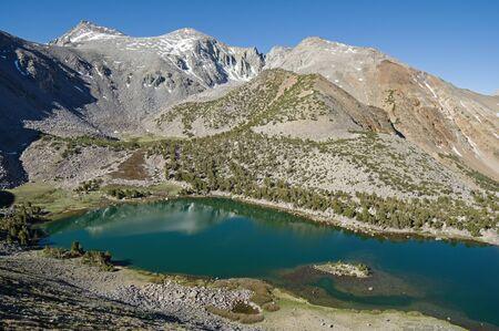 캘리포니아의 시에라 네바다 산맥에서 녹색 호수와 베가 본드 피크