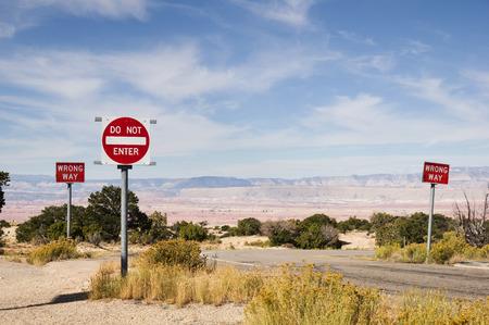 verkeerde kant op en hebben geen borden langs een weg in de woestijn zuidwesten voeren Stockfoto