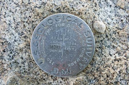 marker: Monte Langley USGS punto de referencia con elevación marcada 14042 ft