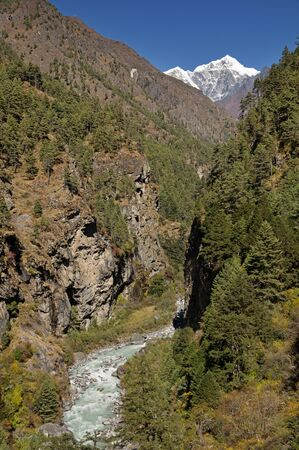 Himalayan Dhudh Khosi River Gorge with distant Cholatse Peak Banco de Imagens
