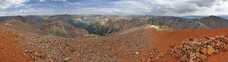 コロラド州のサンファンの範囲の Redcloud ピークの頂上のパノラマ