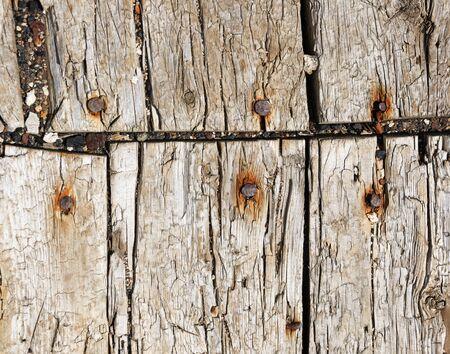 oude verweerde vloerplanken van een mijnbouw