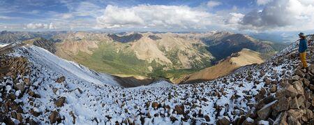 エルバート山頂上全景を一望にコロラド州の最も高いピークの上に男