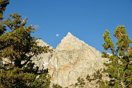the moon and Nameless Pyramid Mountain near Kearsarge Pass in the Sierra Nevada Mountains Banco de Imagens