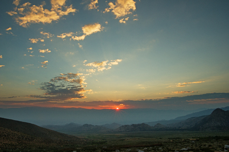 sunrise over the Owens Valley with the sun just clearing the White Mountains Banco de Imagens