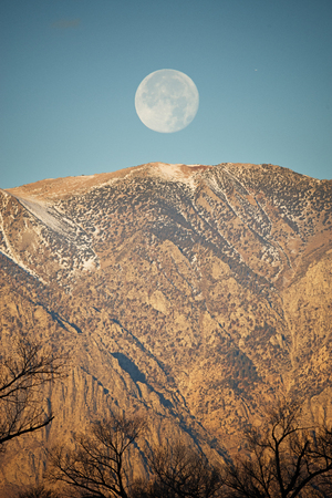 moon setting over the Wheeler Crest near Bishop California Banco de Imagens