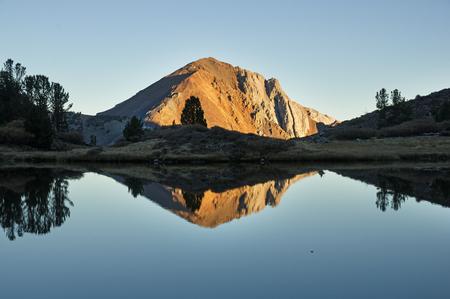 Laurel Mountain reflected in a small Sierra Nevada mountain lake Stock fotó