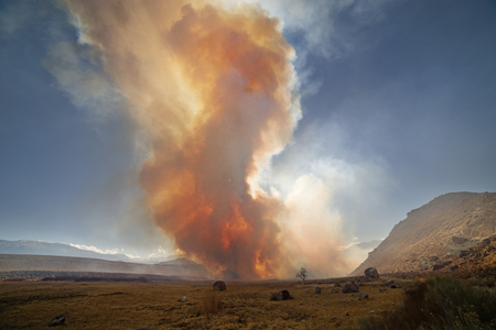 wildfire smoke near Pleasant Valley Campground in the Owens Valley with the sun barely shining through it Banco de Imagens - 96998637