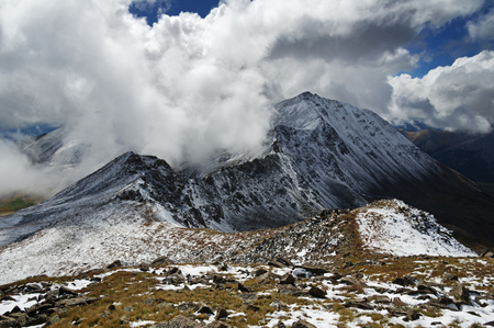 the ridge from Mount Harvard to Mount Columbia in the Colorado Collegiate Range in unsettled weather Banco de Imagens - 100035600