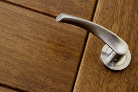 Maniglia e la porta di legno close up