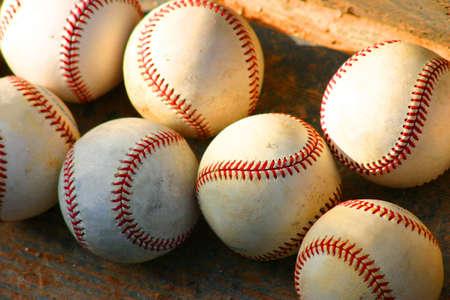 Honkballen op stappen van dugout Stockfoto