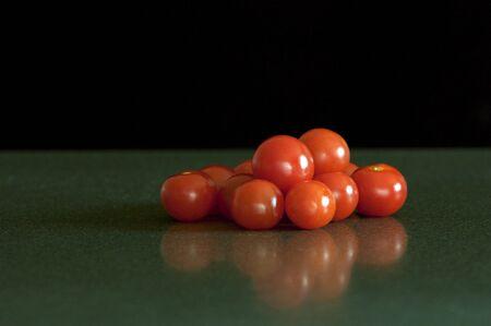 黒の背景にキッチン カウンターにチェリー トマト