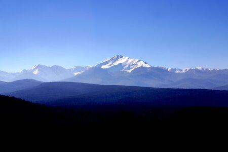 rocky mountains: Wijds uitzicht van een gedeelte van de besneeuwde Rocky Mountains met bomen op de voorgrond Stockfoto